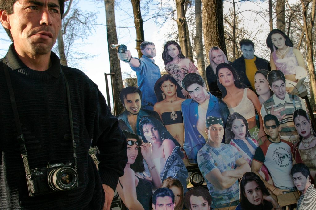 ARKIV  050321 -  Photographer in the local amusement park waiting for customers to get their photos taken with their favorite Bollywood star.   Dushanbe, TADZJIKISTAN - TAJIKISTAN Foto: Christopher Herwig - Kod 9266 COPYRIGHT PRESSENS BILD